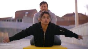 Os pares malham fora A mulher latino-americano que faz para trás levanta o encontro no estômago na esteira na zona urbana O homem vídeos de arquivo