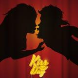 Os pares mostram em silhueta o beijo atrás da cortina e de um sinal do dia do beijo, ilustração do vetor Fotografia de Stock Royalty Free