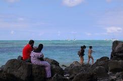Os pares muçulmanos relaxam na praia Fotos de Stock