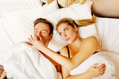 Os pares na cama, mulher ressonando do homem não podem dormir Fotografia de Stock Royalty Free