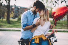 Os pares na equitação do amor bicycle na cidade e em datar Fotos de Stock
