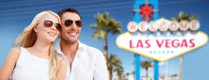 Os pares nas máscaras sobre Las Vegas assinam no verão fotografia de stock royalty free