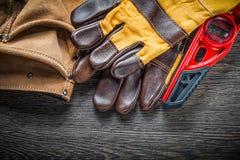 Os pares nivelados da construção de luvas da segurança cobrem a correia da ferramenta no wo Foto de Stock Royalty Free