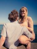 Os pares no amor apreciam a data romântica fotos de stock royalty free