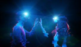 Os pares no amor comunicam-se usando uns auriculares da realidade virtual Imagem com efeito do pulso aleat?rio fotos de stock