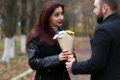 Os pares no amor datam no dia ensolarado do parque do outono Fotografia de Stock Royalty Free