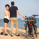 Os pares no amor na cidade encalham com bicicletas Imagem de Stock
