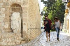 Os pares no feriado andam, lendo um guia, Ibiza, Espanha foto de stock royalty free