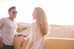 Os pares no relacionamento falam no telhado Imagem de Stock Royalty Free