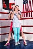 Os pares no sportswear que está em um encaixotamento levantam em r de encaixotamento regular Fotografia de Stock Royalty Free