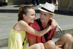 Os pares novos amam na cidade fotografia de stock