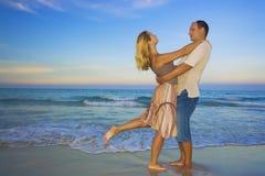 Os pares novos aproximam o oceano Imagens de Stock Royalty Free