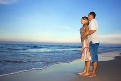 Os pares novos aproximam o oceano Foto de Stock Royalty Free