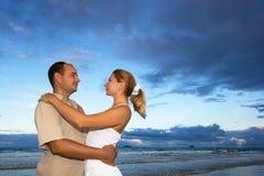 Os pares novos aproximam o oceano Fotografia de Stock Royalty Free