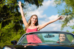 Os pares novos com o cabriolet no verão no dia tropeçam Foto de Stock Royalty Free