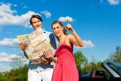 Os pares novos com o cabriolet no verão no dia tropeçam Fotografia de Stock