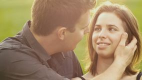Os pares novos da amiga do noivo no amor estacionam o movimento lento do por do sol video estoque