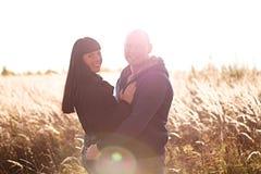 Os pares novos e bonitos amam andar fora em famílias do outono imagens de stock royalty free