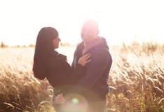 Os pares novos e bonitos amam andar fora em famílias do outono imagem de stock royalty free