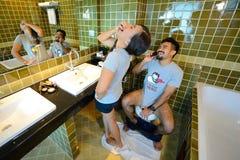 Os pares novos e têm o divertimento no toalete Foto de Stock Royalty Free