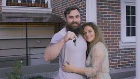 Os pares novos estão perto da casa no grande humor vídeos de arquivo