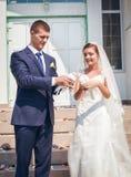 Os pares novos felizes apenas casaram-se fotografia de stock royalty free