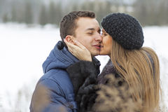 Pares novos felizes no campo do inverno Fotos de Stock Royalty Free