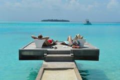 Os pares novos felizes têm o divertimento na praia Fotografia de Stock Royalty Free