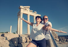 Os pares novos felizes tomam uma foto do selfie em ruínas antigas Fotos de Stock
