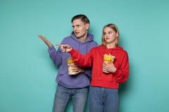 Os pares novos na roupa ocasional consideraram a cena muito desagrad?vel e feia no filme imagem de stock