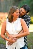 Os pares novos no amor compartilham de um abraço morno Fotografia de Stock Royalty Free
