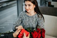 Os pares novos no amor fazem presentes entre si no ` s do Valentim Fotos de Stock Royalty Free