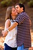 Os pares novos no amor fingem dançar no parque Fotografia de Stock