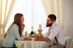 Os pares novos no amor na tabela comemoram o jantar romântico Foto de Stock Royalty Free