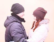 Os pares novos no inverno estacionam, as madeiras, descansando apreciando a caminhada, família feliz, relacionamentos do amor do  Fotografia de Stock Royalty Free