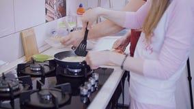 Os pares novos que preparam seus próprios tomam o café da manhã na cozinha video estoque