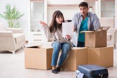 Os pares novos que recebem a letra da observação da execução duma hipoteca foto de stock