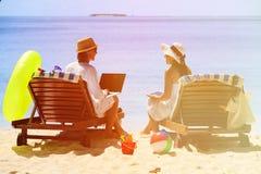 Os pares novos que surfam a rede e apreciam férias da praia Imagens de Stock Royalty Free