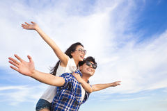Os pares novos que têm o divertimento e apreciam férias de verão Imagens de Stock Royalty Free