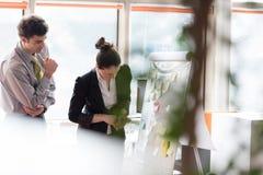Os pares novos que trabalham na aleta embarcam no escritório Imagem de Stock