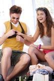 Os pares novos que vão à embalagem das férias de verão ensacam Fotografia de Stock Royalty Free
