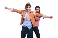Os pares ocasionais com o homem que mantem os braços largos abrem Fotografia de Stock Royalty Free