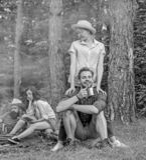Os pares ou as famílias dos amigos da empresa apreciam relaxar junto o companheiro do achado da floresta para viajar e caminhar C imagens de stock royalty free