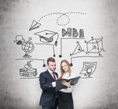 Os pares prósperos novos estão pensando sobre o grau de MBA e estão verificando alguma informação no dobrador preto A carta educa ilustração stock