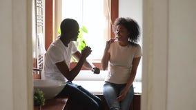 Os pares pretos novos da família no banheiro apreciam escovar os dentes vídeos de arquivo