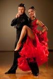Os pares profissionais da dança de salão de baile pré-formam uma dança da exposição Fotografia de Stock