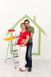 Os pares que esperam um bebê redecoram sua casa nova imagem de stock