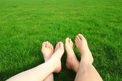Os pares relaxam apreciam com os pés descalços a natureza Fotos de Stock