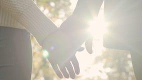 Os pares românticos agarram lentamente as mãos após um argumento pequeno, símbolo da reunião video estoque