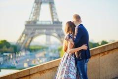 Os pares românticos aproximam a torre Eiffel em Paris Imagens de Stock